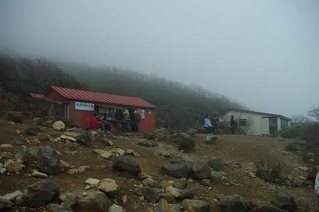 福島・会津磐梯山 山頂付近からは風も強く霧で視界もなくなる。。楽しみにしていた展望は、ま...